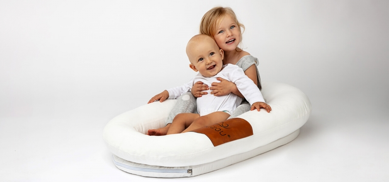 Lalizou Babynest in white with patch and two kids